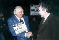 Marco Pannella stringe la mano a......, in occasione di una manifestazione al Maschio Angioino, per la campagna di iscrizioni al PR.