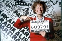 Emma Bonino indica il cartello con il numero telefonico per iscriversi al PR.