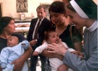 Paolo Pietrosanti fra madri zingare che tengono in braccio i loro bambini.