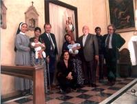 Paolo Pietrosanti fra due madri zingare, con i bambini in braccio.