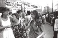 """""""manifestazione del movimento unitario omosessuale romano. Corteo omosessuale con striscione: """"""""contro la violenza e il pregiudizio omosessuale"""""""" (BN)"""
