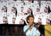 """Emma Bonino, di fronte a un  banner che riproduce le copertine del giornale """"Un partito nuovo"""", tradotte in varie lingue. (La data è presuntiva)."""