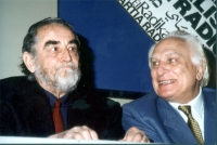 Vittorio Gassman e Marco Pannella, nel corso di una manifestazione al teatro Adriano, per la campagna di iscrizioni al PR.