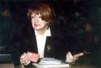 Tiziana Maiolo, tiene in mano la tessera di iscrizione al PR del 1993.