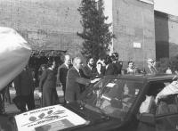 Marcia di Pasqua '82. Il sindaco di Roma Ugo Vetere si avvicina alla macchina di radio Radicale con il poster della marcia sul cofano per essere inter