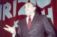 Vittorio Gassman partecipa a uno spettacolo al teatro Parioli, per la campagna di iscrizioni al PR.