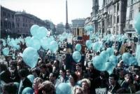 """Raduno di manifestanti a piazza Navona, nel corso della marcia di Pasqua a porta Pia a San Pietro, per """"tre milioni di vivi nel 1984""""."""