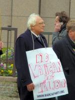 Marco Pannella partecipa alla manifestazione di fronte al Consiglio dell'Unione Europea per lo scongelamento dei fondi dell'UE per la ricerca sulle ce