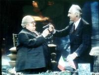 Marco Pannella e Gianfranco D'Angelo (nei panni di Giovanni Spadolini) ripresi da una trasmissione televisiva.