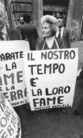 """""""dimostrazione davanti al Senato. Marisa Galli con al collo un cartellone: """"""""il nostro tempo è la loro fame. Partito Radicale"""""""" (BN) ottima"""""""
