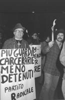 """""""fiaccolata per la riforma carceraria. Manifestante con al collo cartello: """"""""più guardie carcerarie, meno detenuti. PR"""""""" (BN) ottimo importante"""""""
