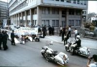 """Manifestazione per gli Stati Uniti d'Europa. Sit in dei manifestanti che inalberano lo striscione: """"Commission: demission - Conseil: trahison - Parlem"""