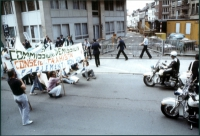 """Manifestazione per gli Stati Uniti d'Europa. Striscione: """"Commission - Demission; Conseil - Trahison; Parlement - Ron ron""""."""