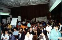 "Sala di convegno. I radicali alzano i cartelli: ""Droit a l'objection de conscience"", ""Freedom for Magarakis""."