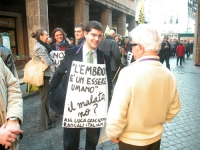 Daniele Capezzone a colloquio con Leopoldo Machina, nel corso di una manifestazione radicale davanti al Senato, in occasione della discussione della l