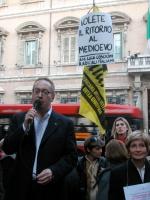Franco Grillini interviene alla manifestazione radicale davanti al Senato, in occasione della discussione della legge sulla procreazione assistita (es