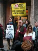 Diego Galli, rappresentante associazione No God, e altri, in occasione della manifestazione radicale davanti al Senato, in occasione della discussione