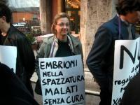 """Gaia Carretta indossa il cartello: """"Embrioni nella spazzatura, malati senza cura"""", nel corso della manifestazione radicale davanti al Senato, in occas"""