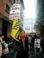 """Christina Sponza inalbera il cartello: """"Volete il ritorno al Medioevo"""", nel corso della manifestazione radicale davanti al Senato, in occasione della"""