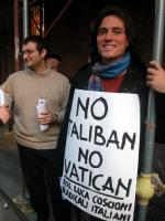 """Diego Galli indossa il cartello: """"No Vatican no Taliban"""" (nel corso della manifestazione radicale davanti al Senato, in occasione della discussione de"""