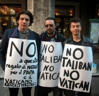 Marco Cappato, Alessandro Massari e Michele De Lucia, nel corso della manifestazione radicale davanti al Senato, in occasione della discussione della