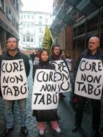 Manifestazione radicale davanti al Senato, in occasione della discussione della legge sulla procreazione assistita . Da sinistra: Sandro Barchiesi, El