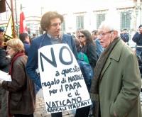 Marco Cappato e Antonio Del Pennino, nel corso manifestazione radicale davanti al Senato, in occasione della discussione della legge sulla procreazion