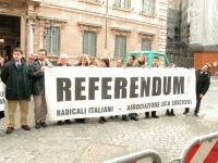 """Manifestazione contro la legge votata al Senato che vieta la fecondazione assistita. Striscione: """"REFERENDUM"""". Da sinistra, si riconoscono: Daniele Ca"""