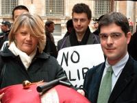 Rita Bernardini e Daniele Capezzone, in una manifestazione davanti al Senato, regalano simbolicamente un manganello e un aspersorio a Francesco Rutell