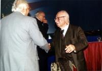 Marco Pannella stringe la mano ad Antonio Del Pennino (sullo sfondo: Sergio Stanzani). (Durante il Secondo Congresso dei Radicali Italiani).