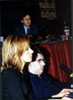 Luca Coscioni e sua moglie al Secondo Congresso dei Radicali Italiani. (Sullo sfondo: Benedetto Della Vedova).