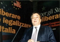 Gianni De Michelis alla tribuna del Secondo Congresso dei Radicali Italiani.