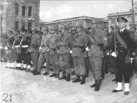 soldati che marciano per una strada. (BN) nella altre altre foto di soldati in marcia ed in attegiamenti curiosi