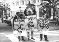 """""""manifestazione radicale, con Pietrosanti e Novelli, davanti all'ambasciata USA a Roma. Cartelli: """"""""Sardegna: turismo si, militari no. PR"""""""", """"""""la madd"""