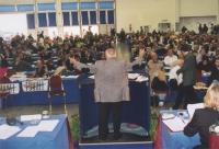 Sergio Stanzani (di spalle) alla tribuna del Secondo Congresso dei Radicali Italiani.