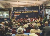 Vista della sala e del banner del Secondo Congresso dei Radicali Italiani.
