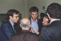 Benedetto Della Vedova e Olivier Dupuis discutono con un congressista.