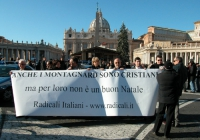 """Manifestazione a piazza San Pietro. """"Anche i Montagnards sono cristiani - ma per loro non è un buon Natale"""". Da sinistra: Leopoldo Machina, ???, Anton"""