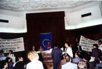 "In una sala da convegno, i radicali alzano i cartelli: ""Freedom for Magarakis - for the right to conscientious objection in Greece"".  Si riconosce, fr"