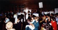 In una sala da convegno, i radicali alzano i cartelli, nei quali chiedono libertà per l'obiettore di coscienza Magarakis, e il diritto all'obiezione d
