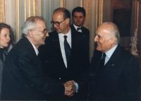 Quirinale. Il Presidente della Repubblica Scalfaro stringe la mano al sindaco di Sarajevo Kresevljakovic. Importante