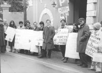 """""""manifestazione radicale davanti all'ambasciata della Bulgaria per i conigi Filipov. Stango, del Gatto ed altri con cartelloni: """"""""la Bulgaria rispetti"""