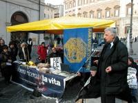 Manifestazione davanti a Montecitorio in occasione della discussione della legge sulla fecondazione assistita. Interviene al microfono: Furio Colombo,