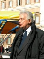 Furio Colombo interviene alla manifestazione davanti a Montecitorio in occasione della discussione della legge sulla fecondazione assistita.