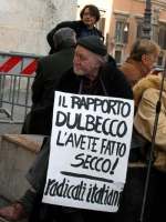 """Manifestazione davanti a Montecitorio in occasione della discussione della legge sulla fecondazione assistita. Un militante indossa il cartello: """"Rapp"""