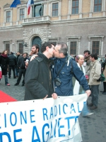Carmelo Palma (consigliere della regione Piemonte, Lista Bonino) e Igor Boni (segretario dell'Associazione Radicale Adelaide Aglietta) si baciano a pi