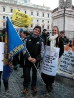 Matteo Angioli e ??? partecipano alla manifestazione davanti a palazzo Chigi a sostegno dell'appello per un'amministrazione dell'ONU in Cecenia.