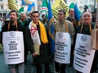 Manifestazione davanti a palazzo Chigi a sostegno dell'appello per un'amministrazione dell'ONU in Cecenia. Gruppo di manifestanti: Andrea Maori, Franc