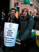 Stefano Moschini e Valeria Manieri partecipano alla manifestazione davanti a palazzo Chigi a sostegno dell'appello per un'amministrazione dell'ONU in