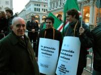 Lorenzo Strick Lievers e due militanti partecipano alla manifestazione davanti a palazzo Chigi a sostegno dell'appello per un'amministrazione dell'ONU